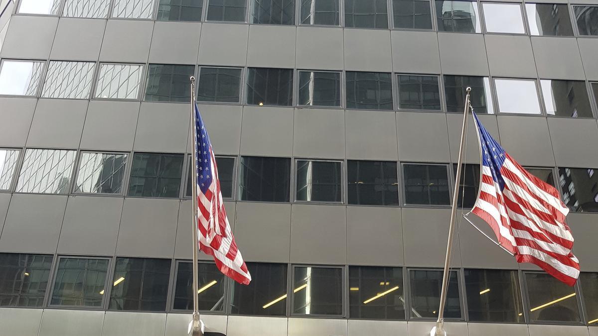 Las banderas de Estados Unidos flamean en la sede de BlackRock en el 52 de la calle 55 Este en el midtown de Manhattan