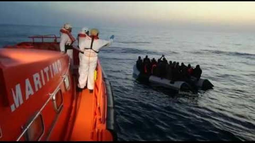 Trasladadas a Motril 58 personas rescatadas de una patera en aguas de Alborán