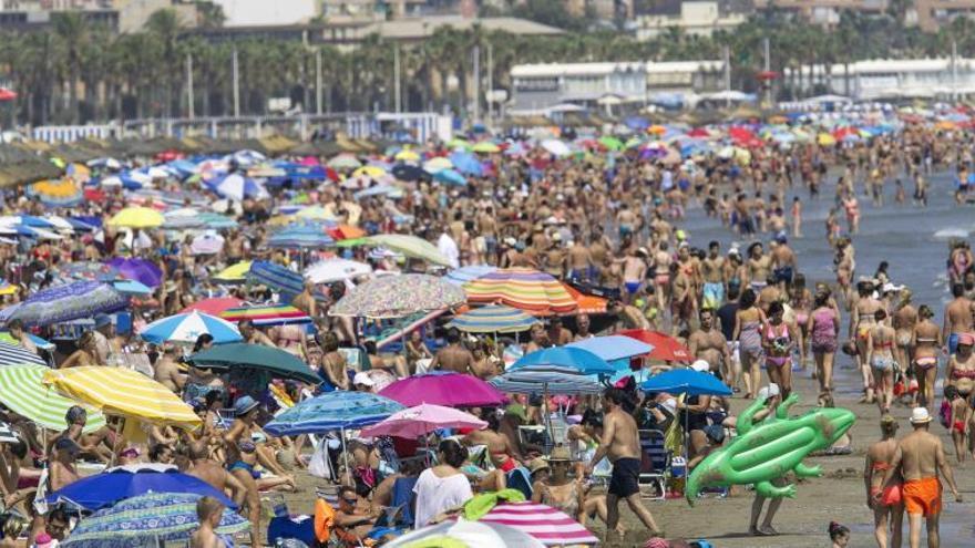 Los turistas extranjeros gastan 67.385 millones en España en 2015, 6,8 % más