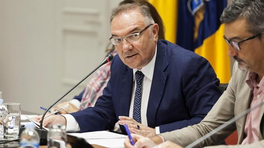 El consejero de Sanidad del Gobierno de Canarias, José Manuel Baltar, durante la comisión de Sanidad. EFE/Ramón de la Rocha