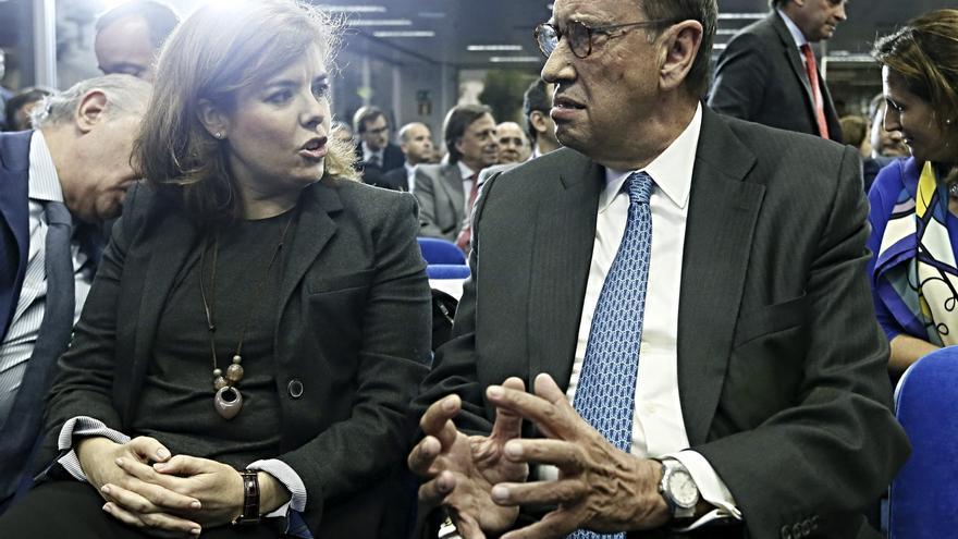 El presidente de La Razón, Mauricio Casals, conversa con la vicepresidenta del Gobierno, Soraya Sáenz de Santamaría