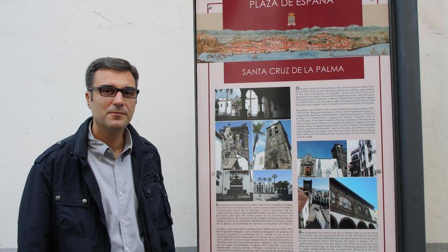 Zacarías Gómez junto a uno de los nuevos paneles de información turística.