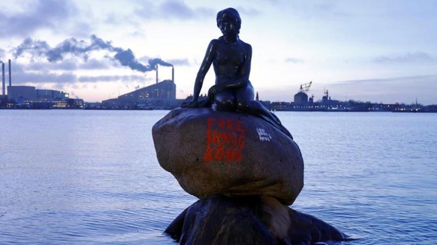 Estatua de La Sirenita en la ciudad de Copenhague con el graffiti de 'Free Hong Kong'