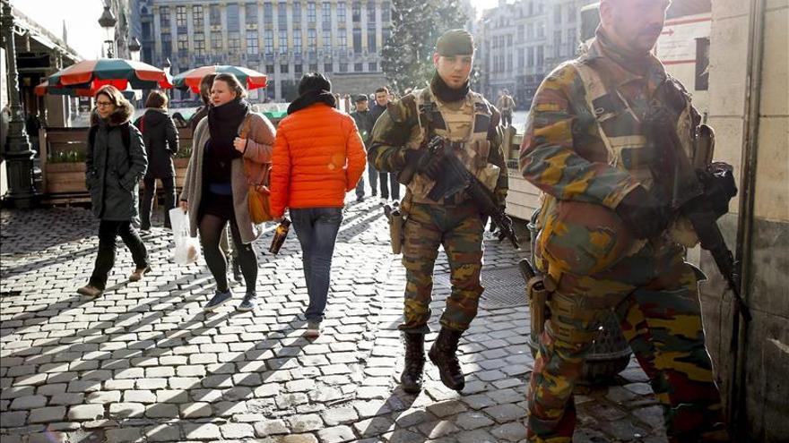 Varios soldados hacen guardia en las calles, mientras los transeúntes pasean tranquilamente. / Efe
