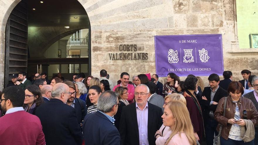 Un momento de la concentración a las puertas de las Corts con motivo del Dia de la Dona