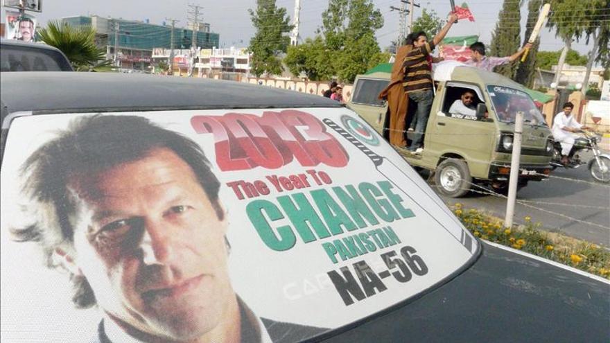 El accidentado político paquistaní Imrán Khan abandona el hospital