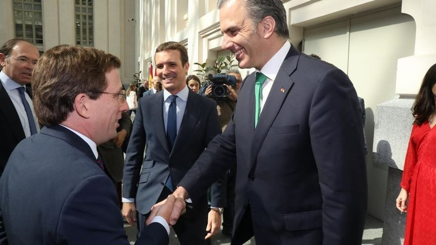 El alcalde de Madrid, José Luis Martínez Almeida, y el portavoz de Vox en el Ayuntamiento, Javier Ortega Smith.
