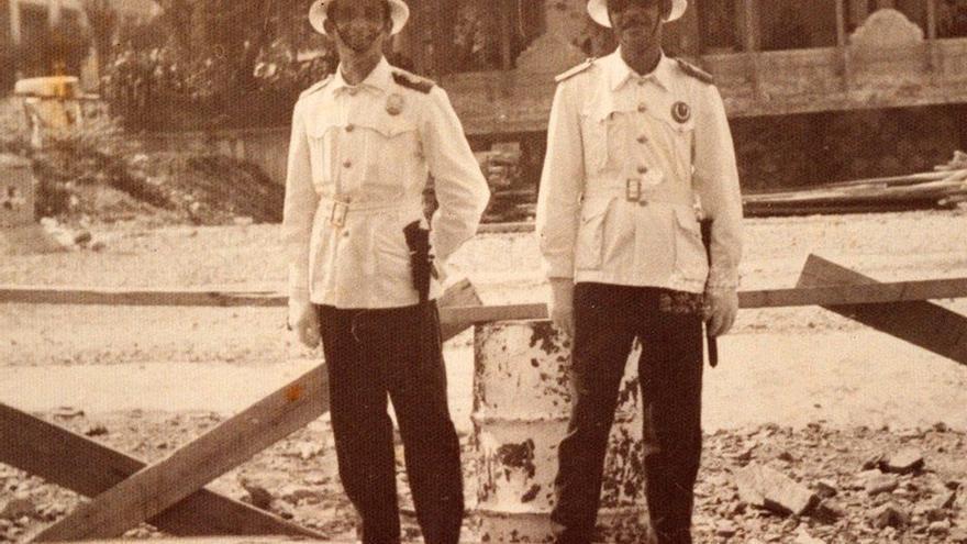 Policías locales frente a las obras de sepultado del barranco del Guiniguada, 1975.