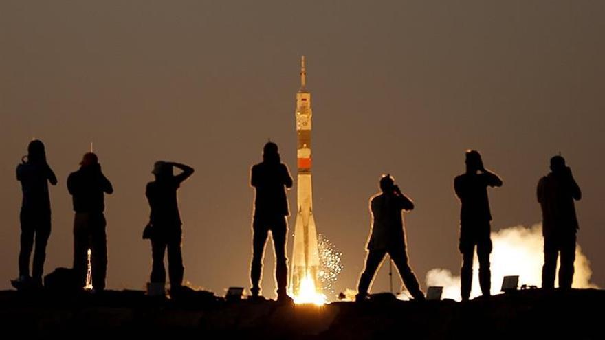 Llega a la EEI la nave rusa Soyuz con tres astronautas a bordo