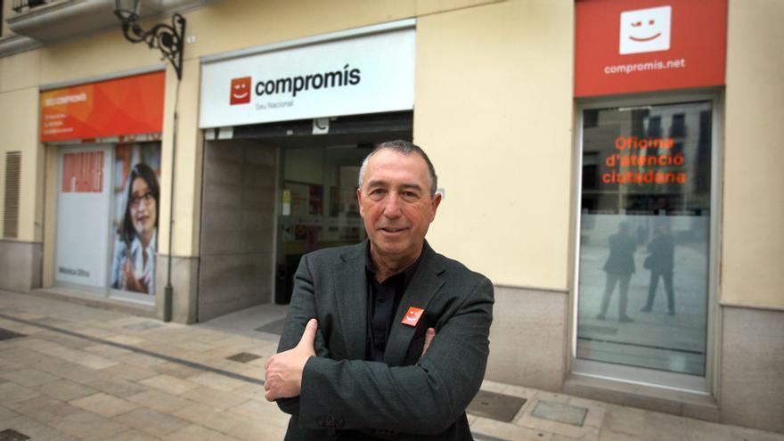 Joan Baldoví ante la sede central de Compromís en Valencia.