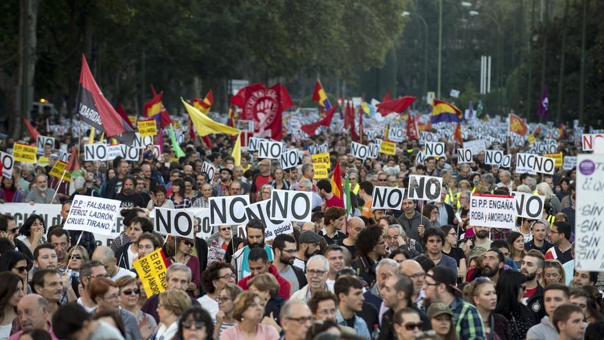 Centenares de manifestantes abarrotan el céntrico Paseo del Prado de Madrid, con numerosas pancartas del NO