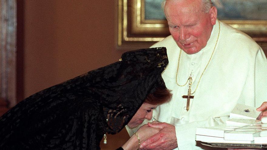 La esposa del presidente del gobierno, Ana Botella, se inclina ante S.S. el Papa Juan Pablo II durante la audiencia privada celebrada hoy en la Biblioteca papal del Vaticano. EFE/Barriopedro