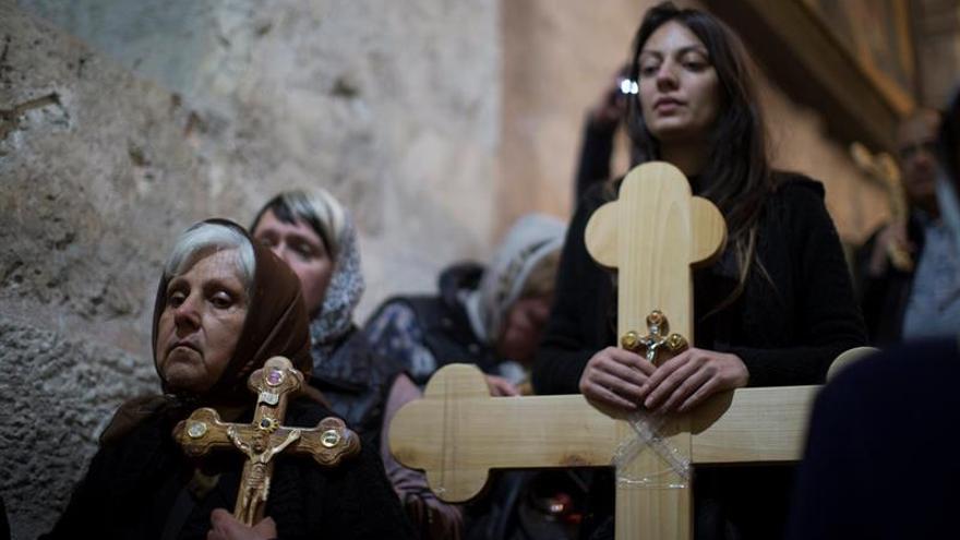 Miles de cristianos repiten los pasos de Jesús por el Via Crucis en Jerusalén