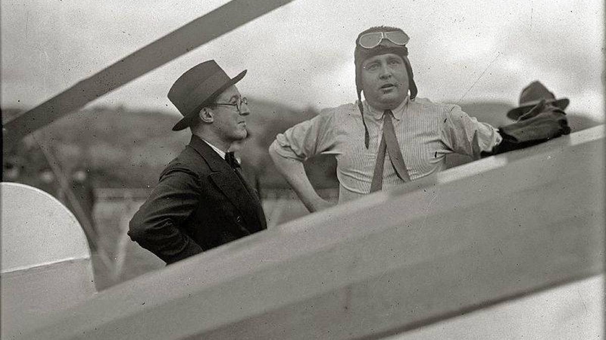 El ingeniero murciano Juan de la Cierva, con un amigo, fotografiado en un autogiro en 1930.