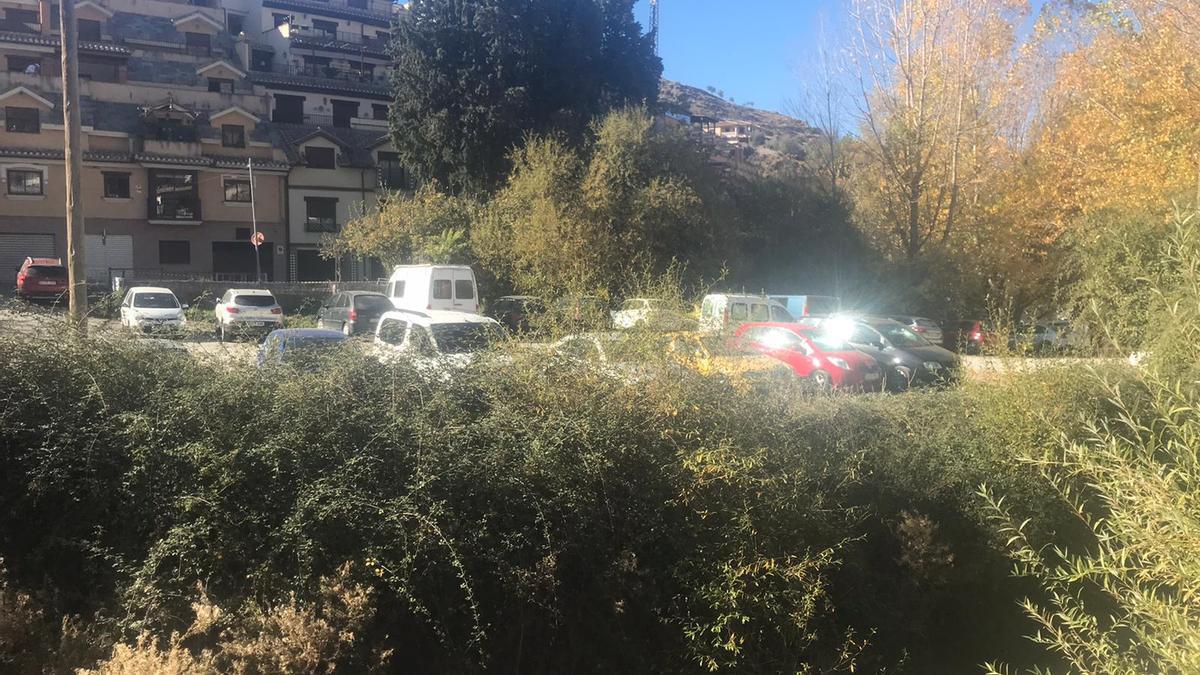 Los coches de los senderistas llenando un parking próximo al acceso de la ruta este fin de semana