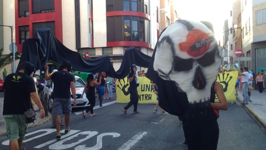 Manifestaciones contra las prospecciones petrolíferas de Repsol en aguas cercanas a Canarias.