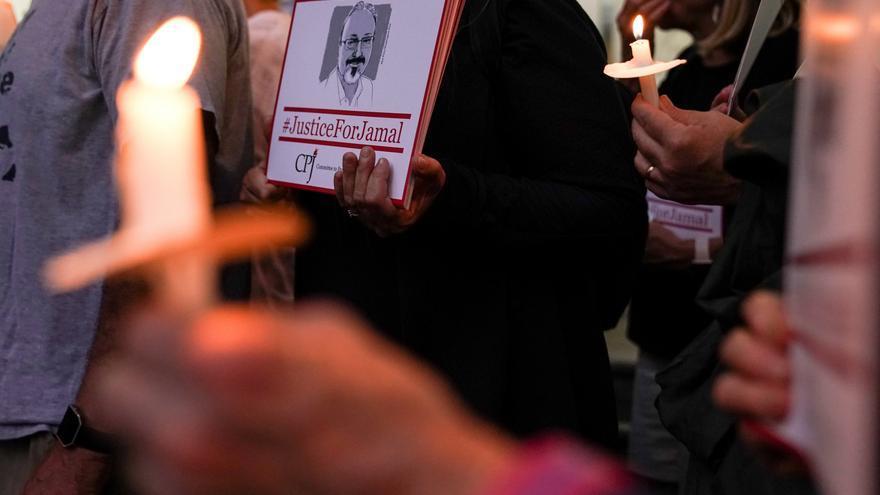Vigilia por el periodista Jamal Khashoggi frente a la embajada saudí en Washington en 2019.