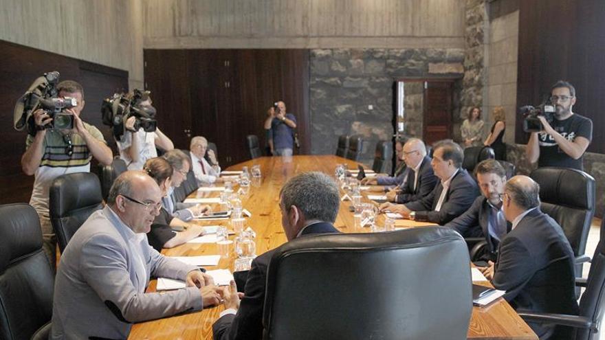 El presidente del Gobierno de Canarias, Fernando Clavijo (c), se reunió con la Federación Canaria de Islas (FECAI).