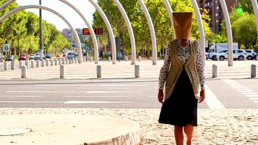 ¿Quién es la misteriosa mujer con la bolsa en la cabeza que anuncia Mediaset?