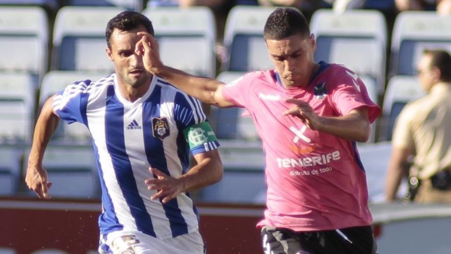 El jugador del CD Tenerife Cristo Martín (d).