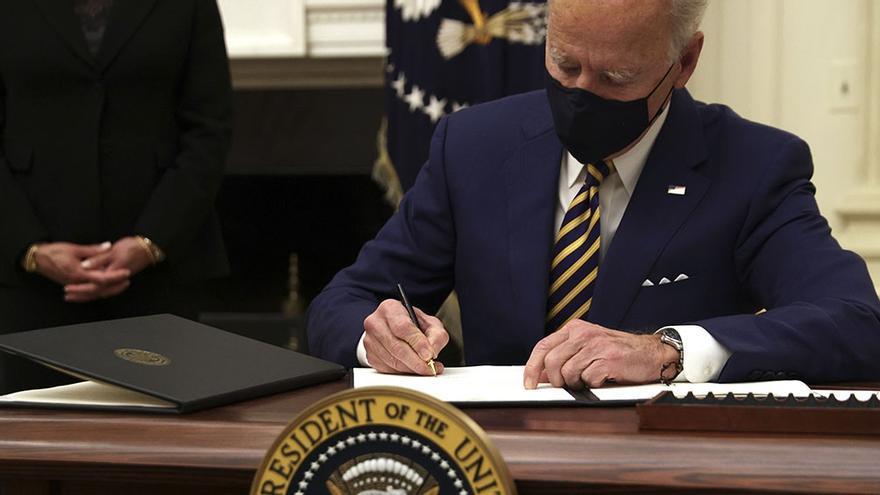 En el primero de sus primeros cien días de gobierno, el primer acto del nuevo presidente Joe Biden fue firmar los decretos que desmantelaron la política migratoria de su antecesor el republicano Donald Trump.