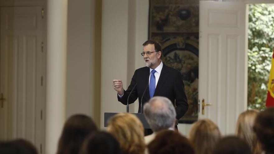 """Rajoy avisa a Sánchez que es """"más útil"""" pactar que """"encastillarse"""" en el bloqueo y la """"política escaparate"""""""