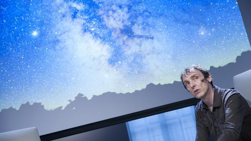 Philip Ball durante su conferencia en la sede de la Fundación Telefónica en Madrid. / Turner