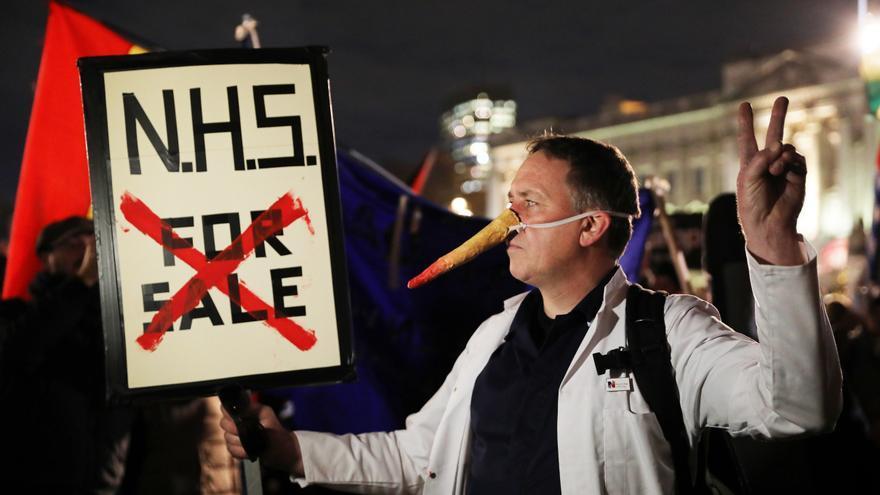 Protesta en Reino Unido por las condiciones en la sanidad pública británica.