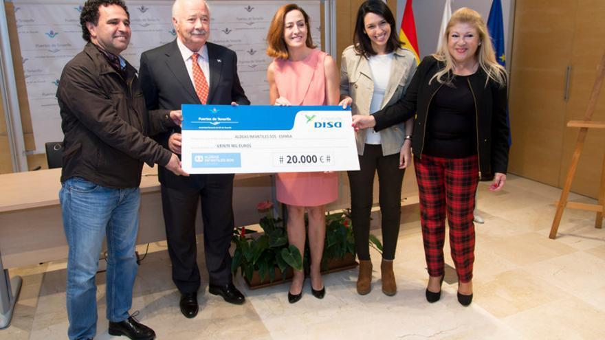 Representantes de la Autoridad Portuaria y Disa entregaron el cheque a Aldeas Infantiles