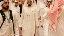El vicepresidente y primer ministro emiratí, Mohamed bin Rashid al Maktum (c), llega a la apertura de un acto.