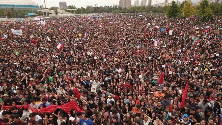 """Unas 30.000 personas acuden al """"baile de los que sobran"""" en las protestas de Chile"""
