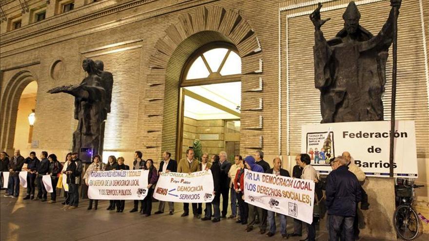 """Cadenas humanas """"abrazan"""" varios Ayuntamientos contra la reforma local"""
