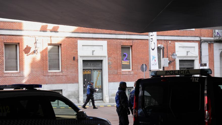 Agentes de la Policía Municipal de Madrid, a las puertas de La Ingobernable, durante el desalojo del edificio con un operativo de más de 130 efectivos