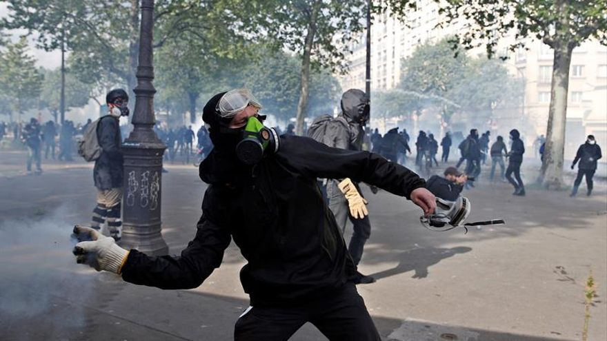 Manifestaciones se enfrentan a la policía en París tras la manifestación del 1 de mayo.