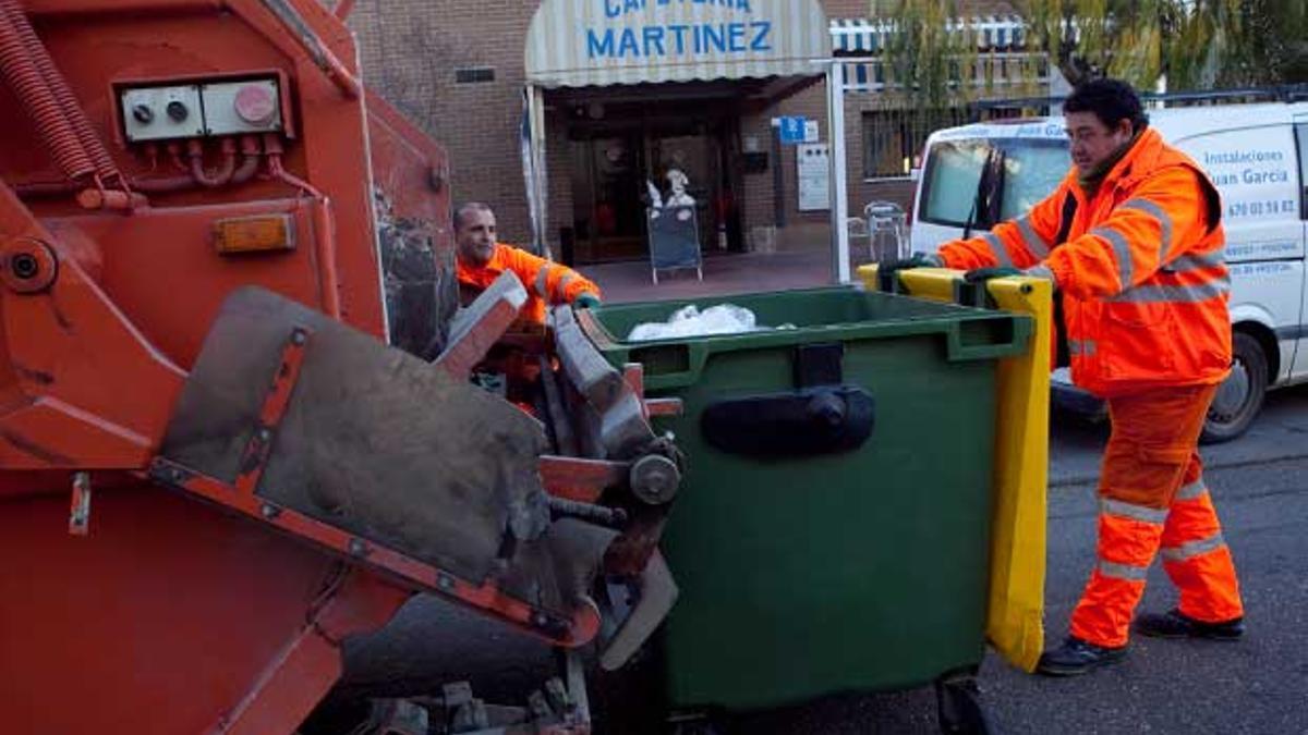 Imagen de archivo de trabajadores de Sadeco recogiendo la basura de un contenedor