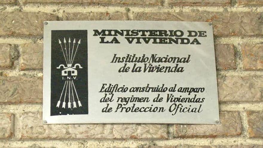Una placa franquista del ministerio de la Vivienda