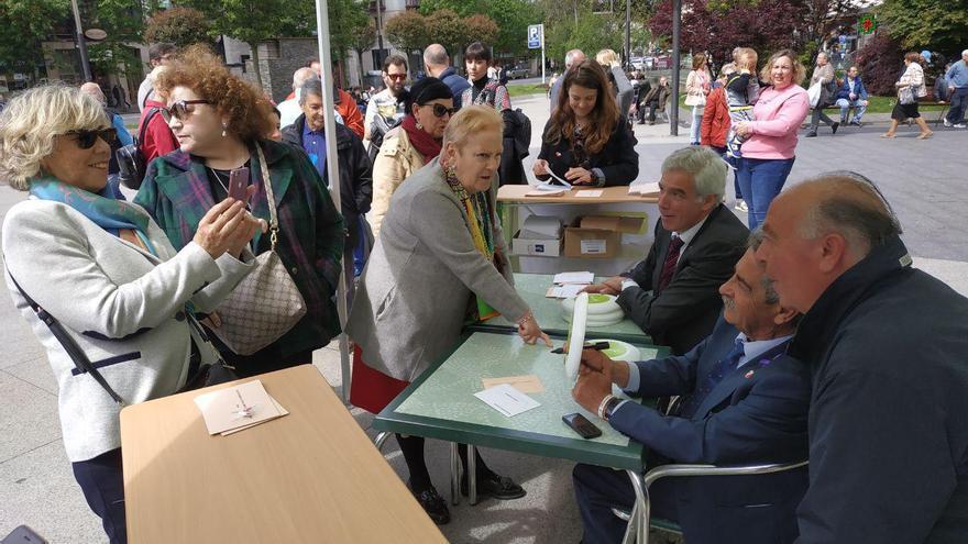 Revilla firma discos volantes y se hace fotos junto al candidato en Santander, José María Fuentes-Pila.   R.V.