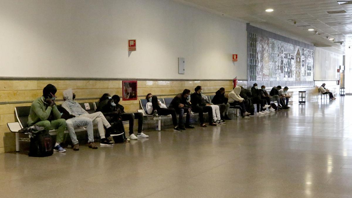 Migrantes retenidos en el Aeropuerto de Gran Canaria cuando intentaban viajar a la Península