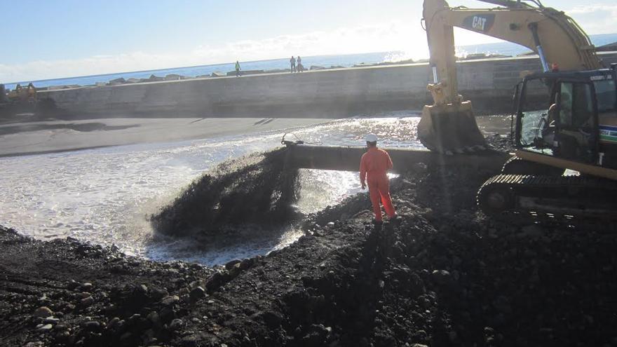 En la imagen, el espectacular chorro de arena y agua que bombea la playa la draga Volvox Atalanta.