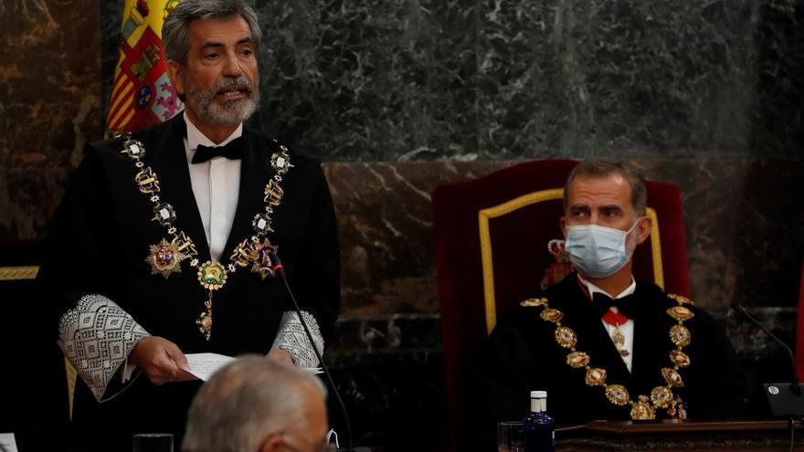 El presidente del Consejo General del PoderJudicial(CGPJ), Carlos Lesmes (i), interviene en presencia del rey Felipe VI, al inicio del acto de inauguración del año judicial en una ceremonia celebrada este lunes en el Salón de Plenos del Tribunal Supremo, en Madrid. EFE/J.J. Guillén