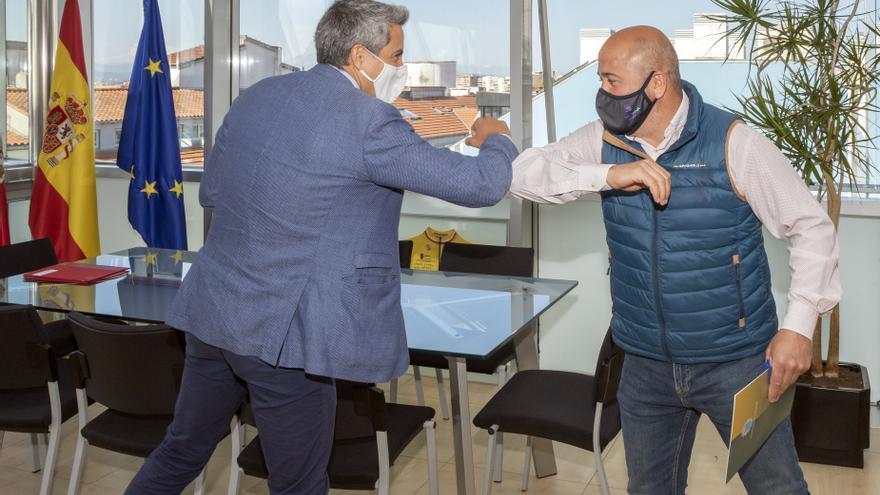 El vicepresidente de Cantabria y consejero de Universidades, Igualdad, Cultura y Deporte, Pablo Zuloaga, recibe al alcalde de Cartes, Agustín Molleda.