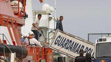 Llegan al puerto de Almería 22 rescatados de patera, entre los que hay un niño