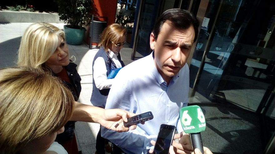 Maillo atiende a los medios ante Isabel Bonig