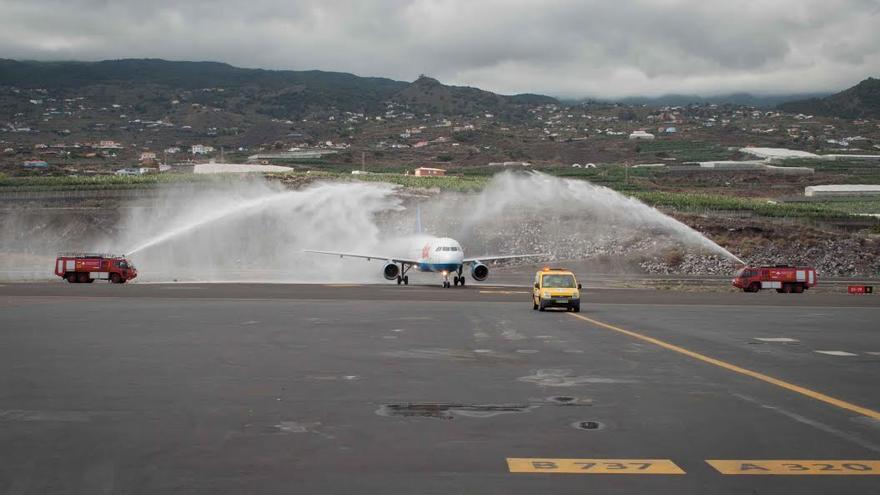 Momento del 'bautismo' del avión de Germania a su llegada al Aeropuerto.
