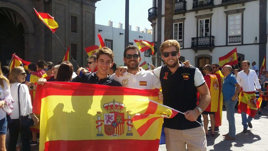 En el centro, el diputado por CC-Unidos por Gran Canaria Lucas Bravo de Laguna durante una concentración en Las Palmas de Gran Canaria en contra del independentismo Catalán.