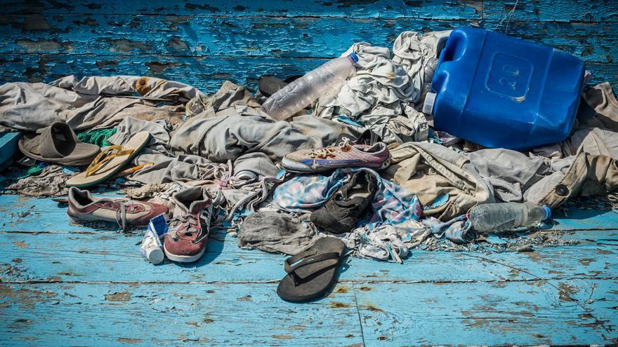 Ropa personal y objetos dejados por los migrantes que viajaban en barco desde Libia a Sicilia.