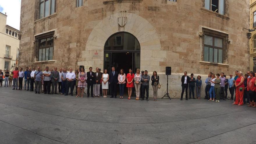 El Consell, junto al Palau de la Generalitat, guarda un minuto de silencio por el atentado terrorista en Niza.