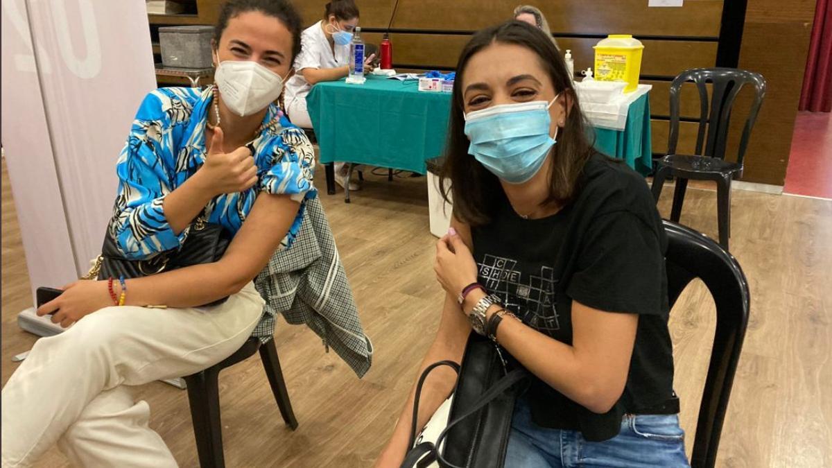 Dos mujeres tras ser vacunadas contra la COVID en Gandia.