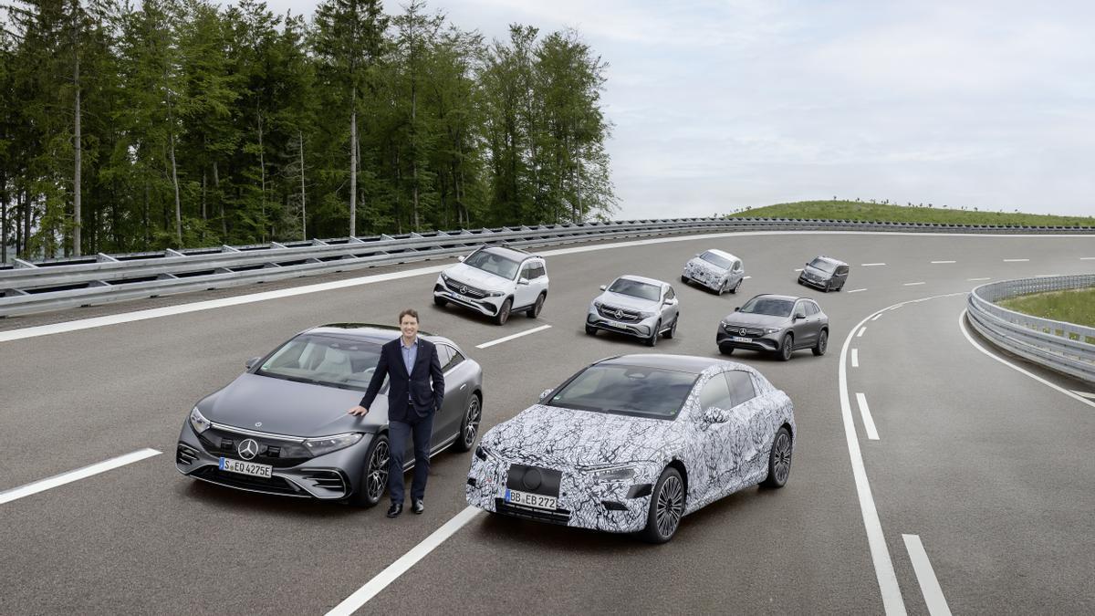 Ola Källenius, consejero delegado de Daimler, junto a la gama electrificada de Mercedes.