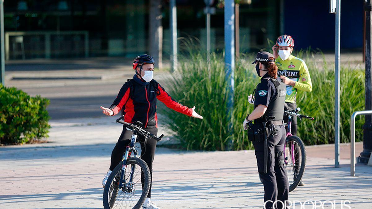 Dos ciclistas con una agente de la Policía Local de Córdoba